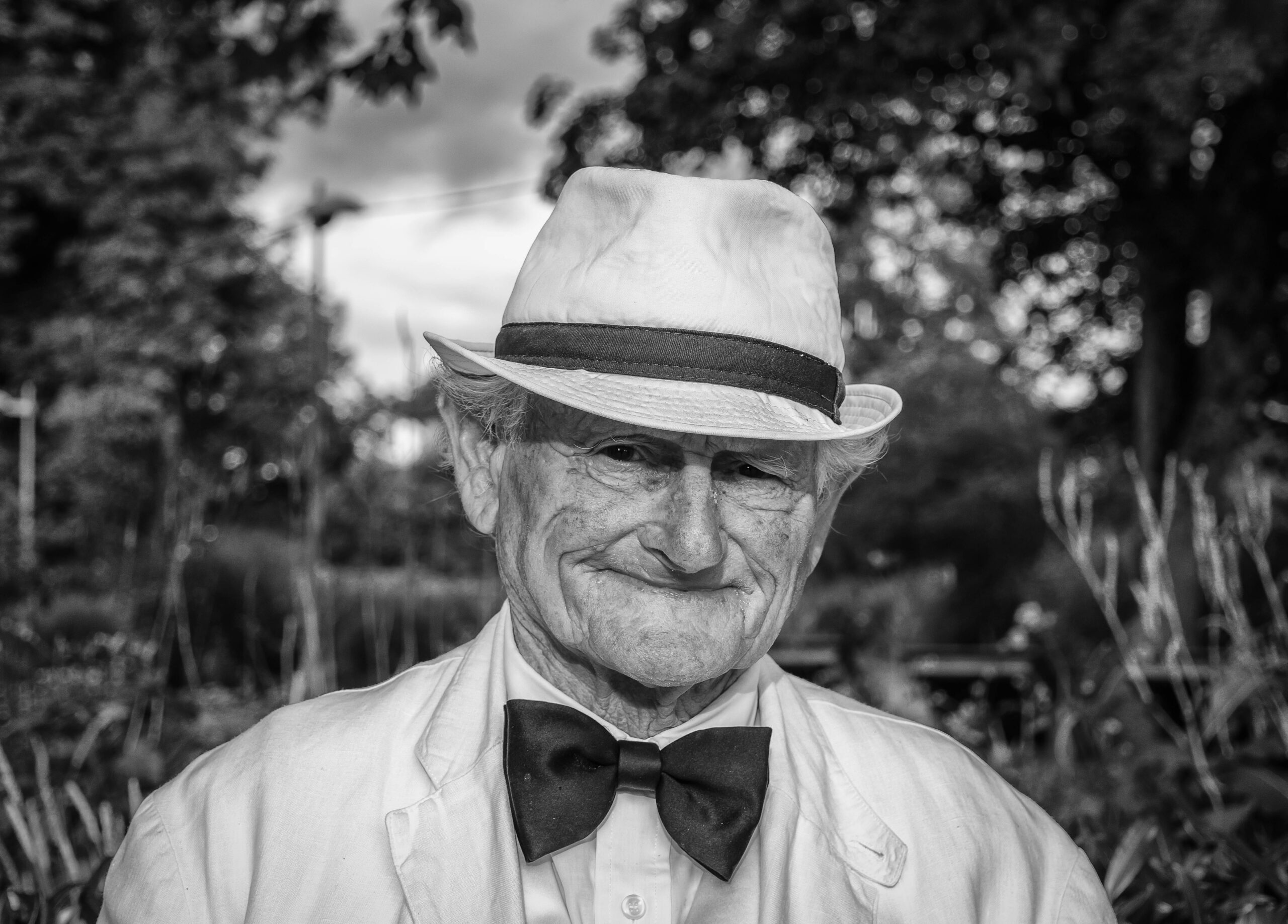 black-and-white-elderly-hat-160422